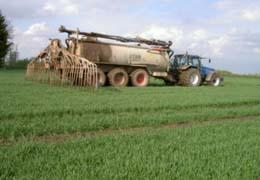 Det är viktigt att välja teknik som minskar risken för skadlig packning vid spridning av stallgödsel