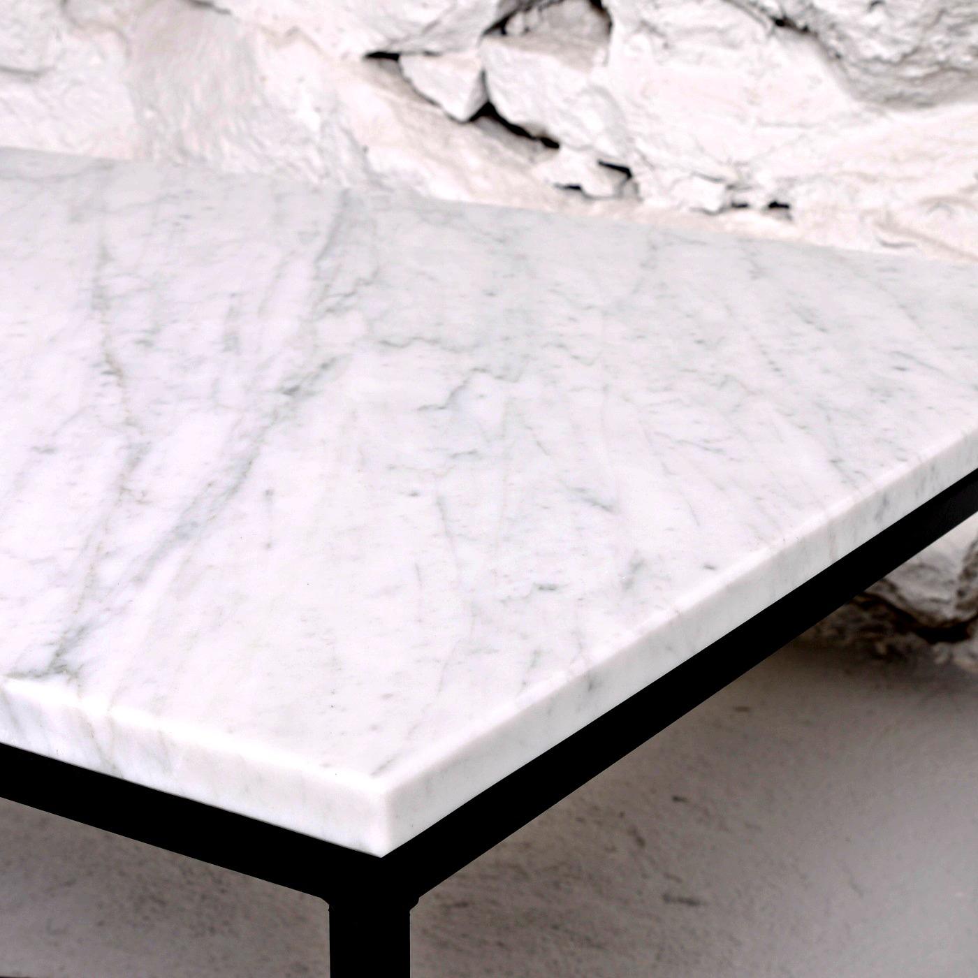 Vit marmorskiva och svart metallunderrede