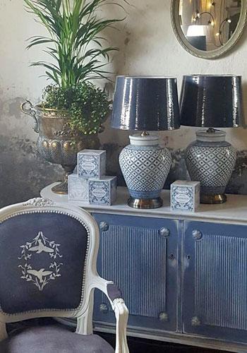 Inredning, inredningsdetaljer & belysning i Monicas Butik. En mix av klassiskt tidlöst och lantligt rustikt. Återförsäljare av Annie Sloan Chalk Paint. Skåpet är målat i Old Violet