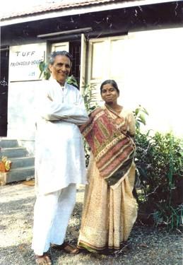 Bhiku och Kokila Vyas framför gästhuset som byggdes intill deras eget, för att kunna ta emot besökare från TUFF, systerskolorna m fl. Foto från 1980-talet. Huset står fortfarande kvar och används vid besök.