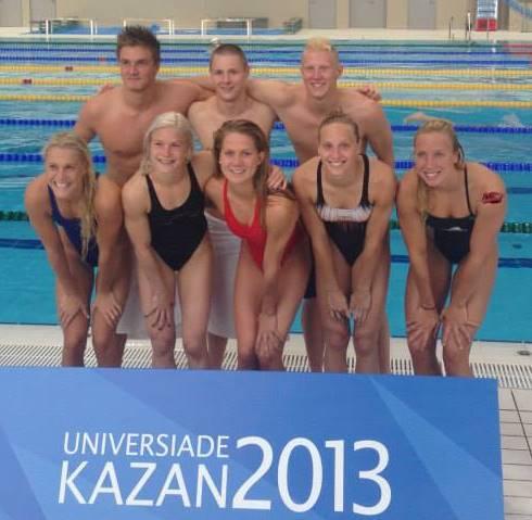 Det svenska simlaget till Kazan på plats i arenan under måndagen.