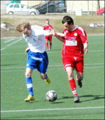 Kamp om bollen. Foto: Janne Pehrsson, Lokalfotbollen.nu