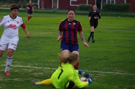 """Alltid framåt! Angelica Lindholm Forsell, eller """"Angen"""" rätt och slätt, vann skytteligan i division 2 Södra Norrland ifjol och division 1 Norra Svealand i år. Båda gångerna på 18 gjorda mål. Foto: Lokalfotbollen.nu."""