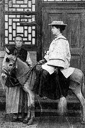 Kristina Örns missionärskollega Elisabet på åsnan Harry. Fotografiet taget cirka 1897. Foto: Privat ägo