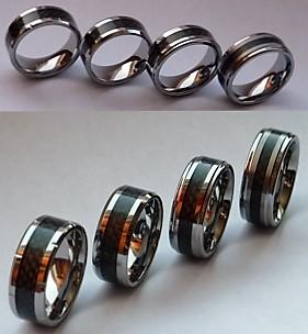 Smycken för Män och Killar - 4 st.olika och lika snygga 8 mm Tungstensringar med svart kolfiberinlägg! Från vänster till höger: RTS1117, RTS1106, RTS1113, RTS1105