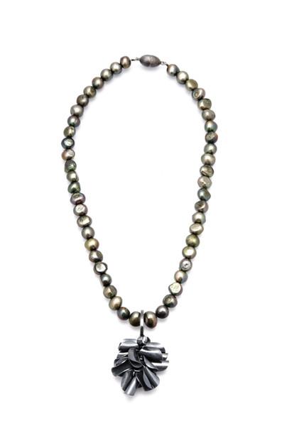 Blåmussla- oxiderat silver med gröna sötvattenpärlor och magnetlås. 43 cm långt. Pris 1700 kr.