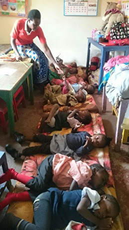 Give a helping hand donerade sov madrasser till kiberas skolor.