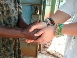 Give a helping hand. Vi kan alla sträcka ut en hand till en behövande själ.