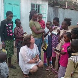 Skolmaterial förmedlas till barnen. Narobi , Kenya
