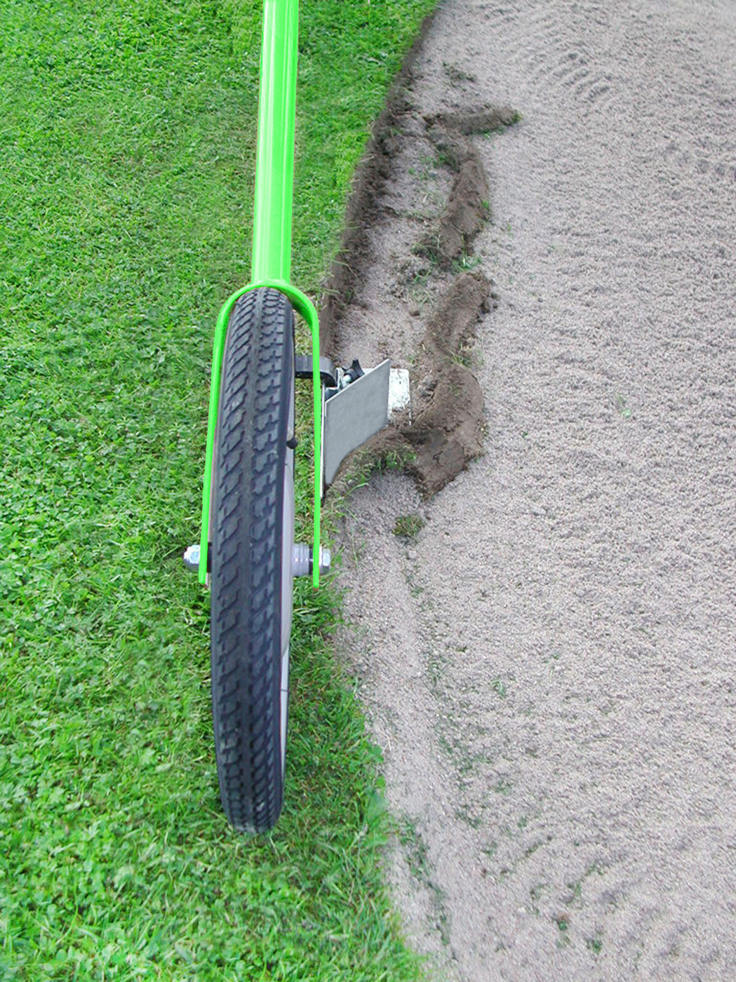Kantskäraren skär kant i golf bunker