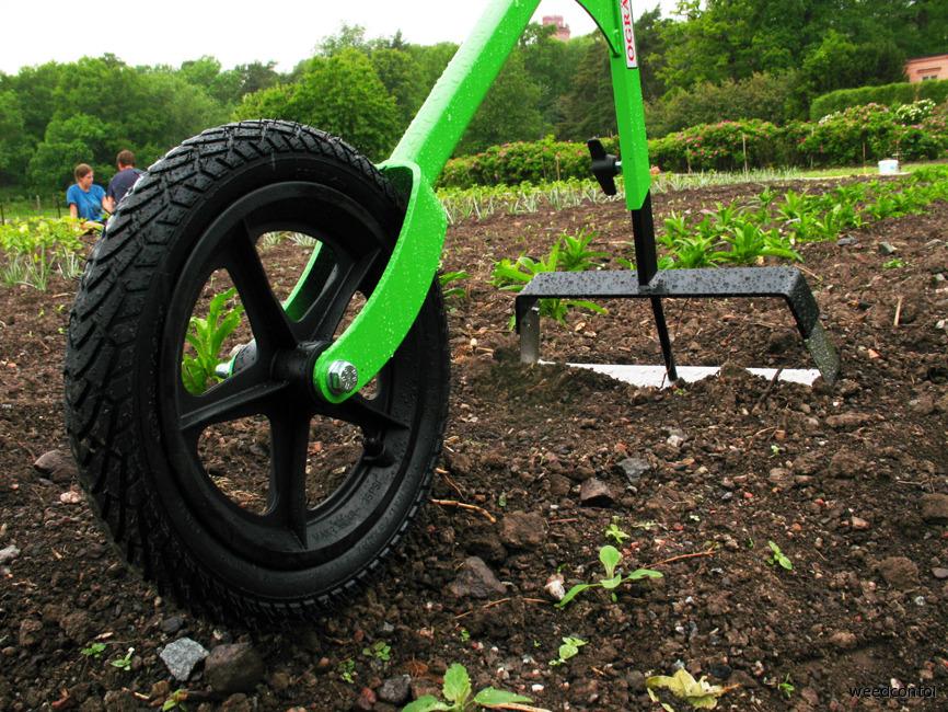 Rensbåge 35 på hjulhackan rensar ogräs i odling.