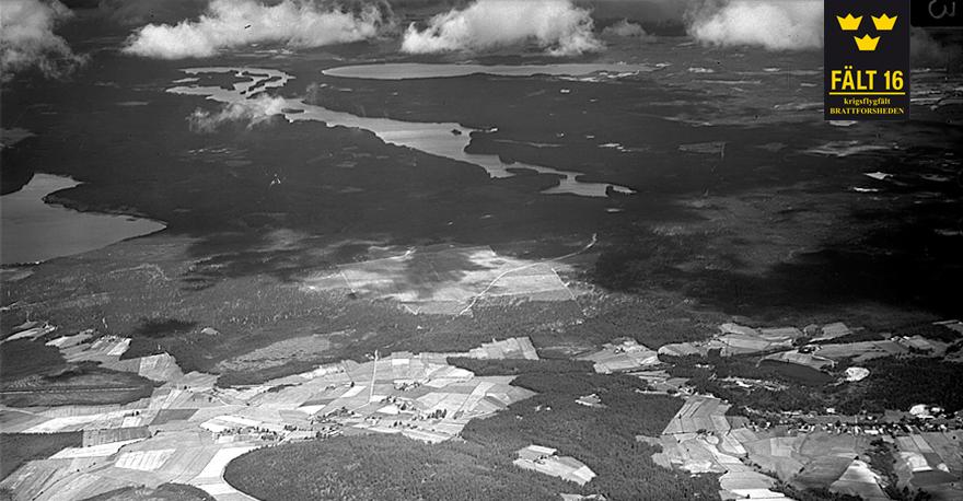 Krigsflygfält 16, år 1943, väl camouflerat för att smälta in i det kringliggande odlingslandskap.  © Stiftelsen Krigsflygfält 16