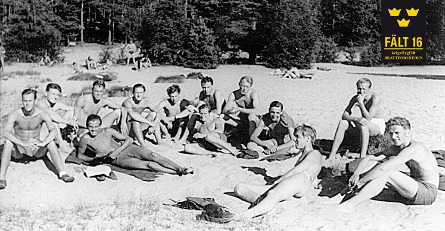"""Kadetter och värnpliktiga flygförare från 1. divisionen F 10 har en ledig dag vid  """"Värmlands reviera"""" Mangenbadet, sommaren 1944."""