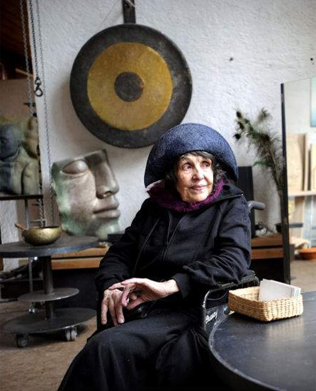 Hertha Hillfon i sin ateljé. Bild lånad av hennes hemsida.