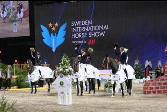 Prisutdelning SIHS hopplaget vann mot fälttävlandslaget i Ride & Drive på lånade hästar.