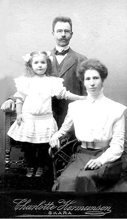G. 49 Endast digital bild. Den unga familjen Engstrand med dottern Margit 5 år, 1911. Bild från Gudrun Ramviken, Sörgården, 2014. Insatt av Kent Friman, 2014-04-28