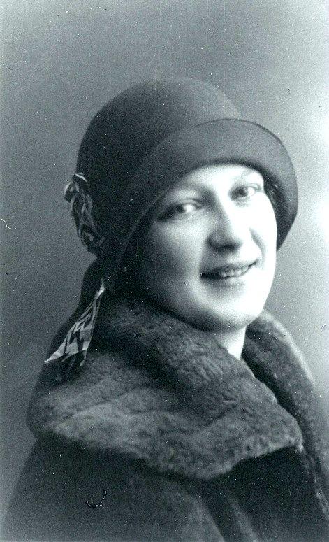 G. 11 Ingrid Blomqvist, född i Blomsdal (kvarnen) den 28/11 1909 - död den 29/10 1993. En välbekant person i Varnhem. Var livligt engagerad inom nykterhetsrörelsen. Var med och bildade I.O.G.T.-logen Vinteny i Varnhem. Insatt av Kent Friman, 2014-03-05.
