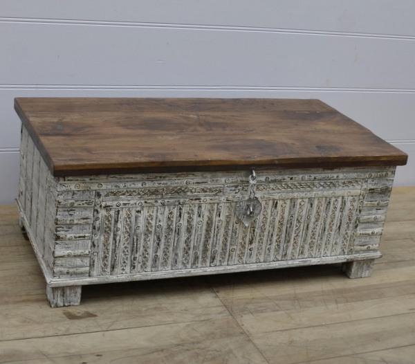 Antik kista med nytt lock och målning