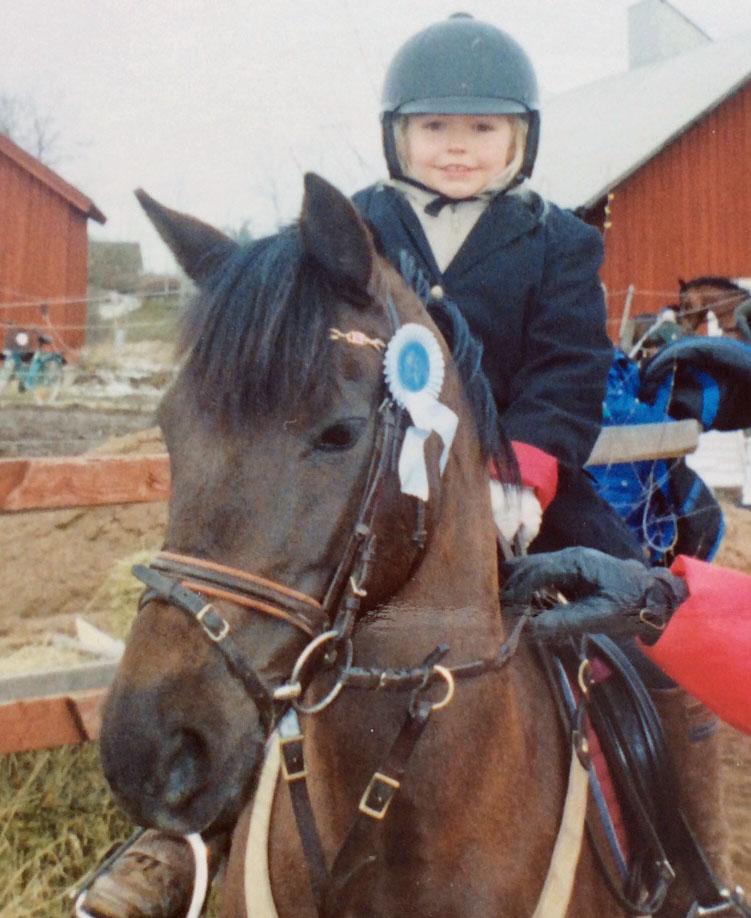 Daniella har fått låna storebrors ponny Kaluha och rider här sin första tävling i Bestorp. Som ni ser så skördade hon även sin första rosett. Jodå,längtan och lyckan efter rosett är lika stor idag.