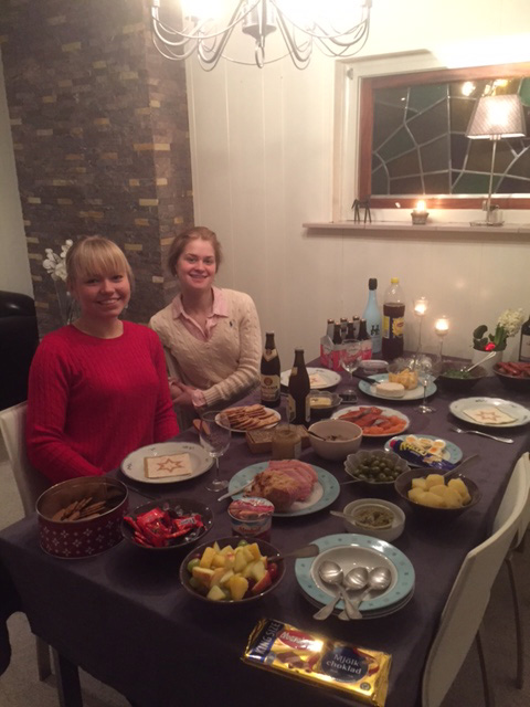 Julmiddag med Will´s hästskötare Sara. Här är vi hemma hos Anna och Will som var på semester i Australien över julen och jag fick komma och hälsa på tjejerna i Holland. Ja, köttbullar, skinka och lax stod uppdukat på bordet när de hade jobbat färdigt för dagen.