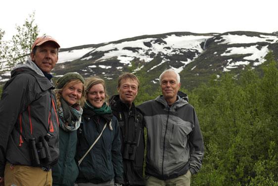 Projektledare Keith Larson med studenterna Hannah Rosenzweig och Lara Schmitt som jobbat med stigen, Anders Fries och Claes Fries. I bakgrunden fjället Nuolja. Foto: Ingrid Söderbergh