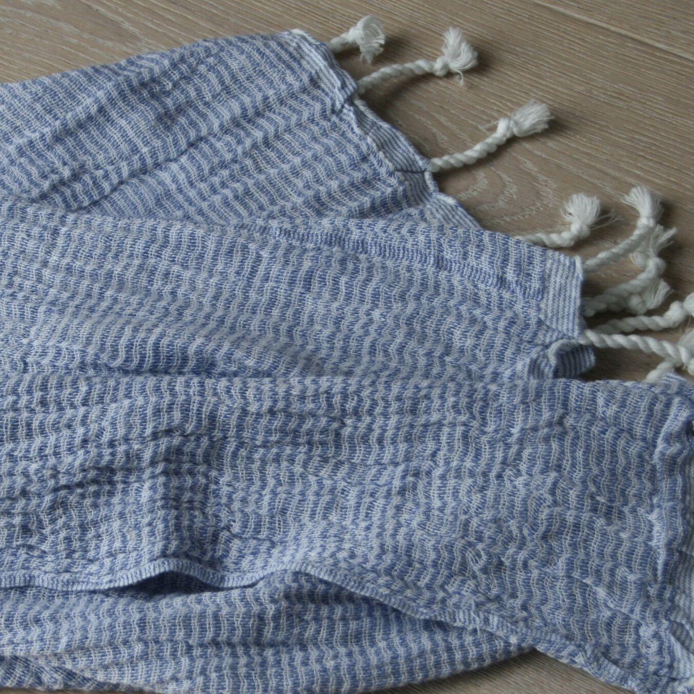 Ateljé Stockholm. Krinklad blå handduk ekologisk bomull.