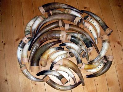 """En liten laddning horn upplagda för dokumentation. Då jag hållit på med kohornsbygge i ca 40 år, är det ett otal horn som passerat genom min verkstad. Jag gör horn från ca 20 cm till ca 80 cm. Det går att få horn i """"normal"""" stämd tonart, men de flesta gör jag i """"ko-moll"""""""