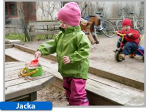 Busbyxans ofodrade skaljacka finns i färgerna äppelgrön, grå och röd. Jackan levereras med avtagbar huva.