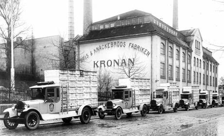 Spis- och Knäckebrödsfabriken på Sturegatan med distributionsbilar