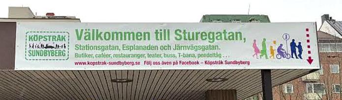 Bilden visar banderoll   eller skyltning för Sturegatan och den sitter ovan nedgången till tunnel från torget.