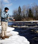 Mikael Bäckman njuter av vårsolen och provar fiskelyckan vid Emsfors