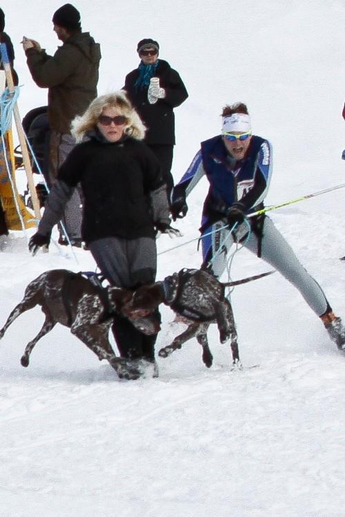 """En start kräver även en hel del av """"handlern"""". Det gäller att stå still då man släppt iväg hunden. Denna dam missade det...  Foto: Christoffer Hellström"""