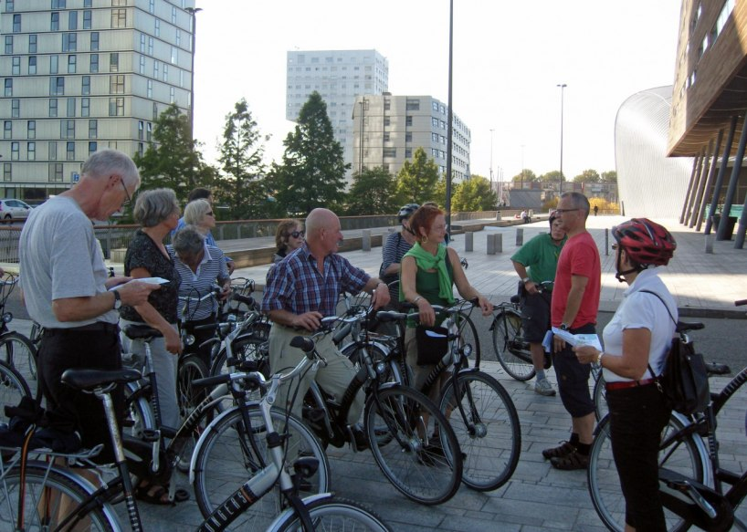 Landskapet är mycket cykelvänligt.Här en föreläsning om arkitekteturen i staden Almere, belägen 4,5 meter under havets yta!