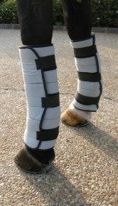 Använd ett traditionellt bandage för att hålla wraps på plats