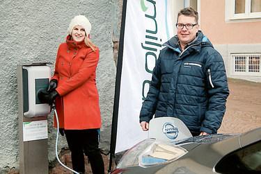 Klimatrådgivare Emma Jonsson hjälper Thomas Carlsson att komma igång med laddningen.