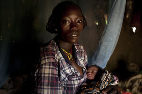 Tewabech och hennes lilla dotter Kutaynesh Kuna som föddes vid vägkanten med bara smutsigt vatten att tillgå.