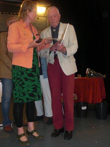Viveka Overland juryns ordföranden lämnar över diplom till Rune Hasslöf